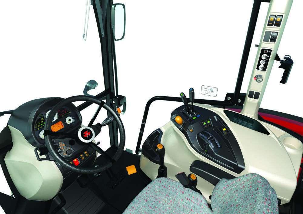 Kabina ciągnika rolniczego Massey Ferguson 4709 widok na kierownicę oraz siedzenie operatora