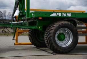 Przyczepa do bel PB 16 z szerokim ogumieniem pozwala na lepszą przyczepność oraz trakcję na mokrym podłożu