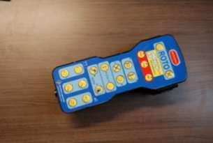Elektroniczne sterowanie mechanizmami wozu z panelu elektronicznego za pomocą elektro-rozdzielacza