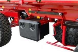 Skrzynka na narzędzia w przyczepach PB, umieszczona na podwoziu platformy, pozwala na trzymanie w jednym miejscu narzędzi, pasów niezbędnych do obsługi przyczepy