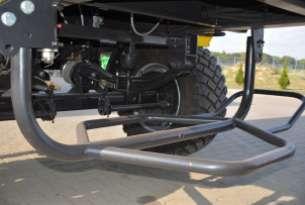 Kosz koła zapasowego do przewozu koła zapasowego umieszczony pod ramą przyczepy