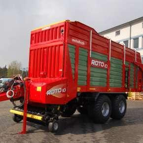 Przyczepa samozbierająca ROTO 10, maszyna jest przedstawiona na zdjęciu stojąc na placu fabryki Metaltech