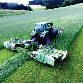 Zielony traktor rolniczy kosi użytek zielony kosiarkami dyskowymi z transporterem GigaCUT 941 firmy SaMASZ www.korbanek.pl