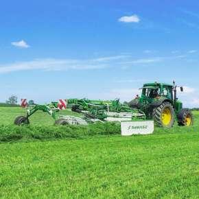 Zielona grabiarka 2-wirnikowa TANGO 730 firmy Samasz podczepiona do zielonego ciagnika John Deere zgrabia trawę na pokos www.korbanek.pl