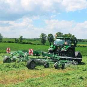 Zielona zgrabiarka 2-wirnikowa Z2-780 firmy Samasz podczepiona do zielonego ciągnika zgrabia skoszoną trawę www.korbanek.pl