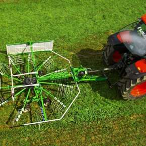 Widok z góry na zgrabiarkę 1-karuzelową ciągnioną uno 440 Samasz podczepioną do czerwonego ciągnika rolniczego www.korbanek.pl