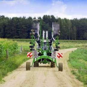 Widok z tyłu zgrabiarki do trawy TANGO 730 firmy Samasz złożonej do pozycji transportowej www.korbanek.pl