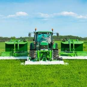 Ciągnik rolniczy John Deere w kolorze zielonym z zestawem kosiarek dyskowych GigaCUT ze złożonymi transporterami www.korbanek.pl