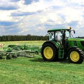 Zielony traktor John Deere zgrabia podsuszoną trawę zgrabiarką 2-karuzelowa Z2-840 firmy Samasz www.korbanek.pl