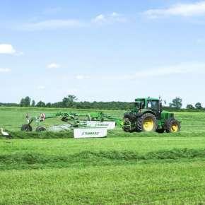 Ciągnik rolniczy w kolorze zielonym John Deere wraz z zieloną grabiarka 2-wirnikowa TANGO 730 Samasz zgrabia trawę www.korbanek.pl