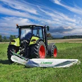 Zielony ciągnik Claas kosi trawę kosiarką dyskową SAMBA 280 firmy Samasz www.korbanek.pl