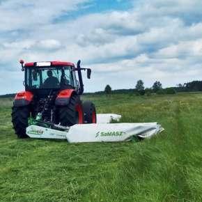 Czerwony ciągnik marki ZETOR kosi trawę kosiarką tylną lekką SAMBA 240 firmy Samasz www.korbanek.pl