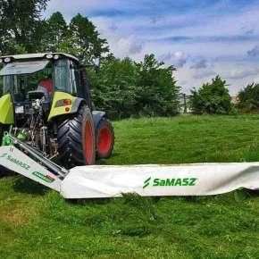 Jasno zielony traktor firmy Claas z kosiarką dyskową SAMBA 320 firmy Samasz kosi łąkę i pastwisko na siano  www.korbanek.pl