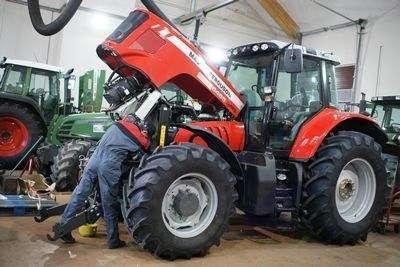 Profesjonalny ciągnik rolniczy marki MF podczas naprawy w serwisie korbanek