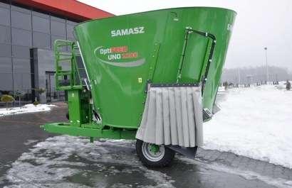 Zielony wóz paszowy jedno ślimakowy Samasz na tle szarego budynku
