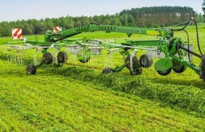 Zgrabiarka Samasz podczas pracy, zgrabia trawę na łące