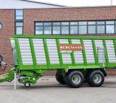 Przed budynkiem fabryki maszyn rolniczych niemieckiego producenta maszyn Bergmann stoi przyczepa samozbierajaca na tandemie typ Carex