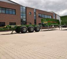 Na placu fabrycznym niemieckiej firmy Bergman producenta maszyn rolniczych stoi wielofunkcyjne podwozie VARIO z przykładowymi elementami wyposażenia.