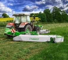 Kosiarka dyskowa Samasz seria XT 390 kosi trawę na łące
