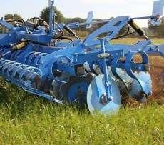 Niebieska kompaktowa brona talerzowa agregat podorywkowy lemken typ heliodor pracuje na polu korbanek.pl