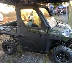 Ranger Polaris 1000 XP  EPS wspomaganie kierownicy ADC kontrola zjazdu wersja dla trzech osób siatki boczne ochronne paka załadunkowa uchylna kolor zielony przedni zderzak metalowy felgi stalowe zagłówki foteli pasy bezpieczeństwa kierownica samochodowa napęd 2x4 4x4 Turf rozpiecie tylnej osi Korbanek.pl