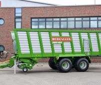 Przed budenkiem fabryki maszyn rolniczych niemieckiego producenta maszyn Bergmann stoi przyczepa samozbierajaca na tandemie typ Carex