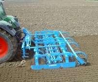 Niebieski agregat uprawowy przedsiewny Lemken Kompaktor K400 pracuje na polu z ciągnikiem fendt  Korbanek.pl