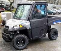 Polaris Ranger EV pojazd elektryczny jedyny jako SxS felgi stalowe pasy bezpieczeństwa klasyczna kierownica samochodowa napęd 4x4 2x4 Turf rozpięcie tylne osi paka załadunkowa przedni zderzak metalowy pojazd na dwie osoby przyjazny dla środowiska