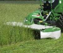 XT-F kosiarka dyskowa czołowa Samasz podczas koszenia trawy na pastwisku