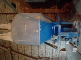 Niebieski używany mieszalnik do pasz maksymalny załadunek 2000 kg
