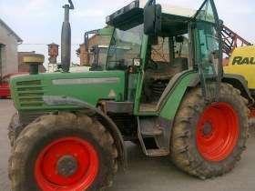 Używany ciągnik rolniczy Fendt 309 z zamontowanym opryskiwaczem firmy RAU