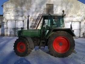 Używany ciagnik rolniczy Fendt 310 na tle zabudowań gospodrstwa widom na lewy bok pojazdu