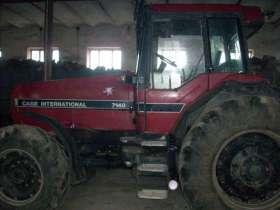 Pod wiatą stoi ciągnik używany rolniczy CASE 7140