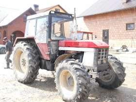 W gospodarstwie rolnika stoi okazyjny używany ciągnik CASE INTERNATIONAL