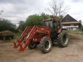Na gospodarstwie stoi ciągnik CASE 856 z ładowaczem czołowym