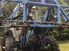 Używany Opryskiwacz samojezdny Matrot. Belka - 24 m w tle wysokie drzewa
