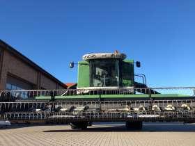 Kombajn zbożowy FENDT 8370 P z hederem na utwardzonym placu zdjęcie z przodu