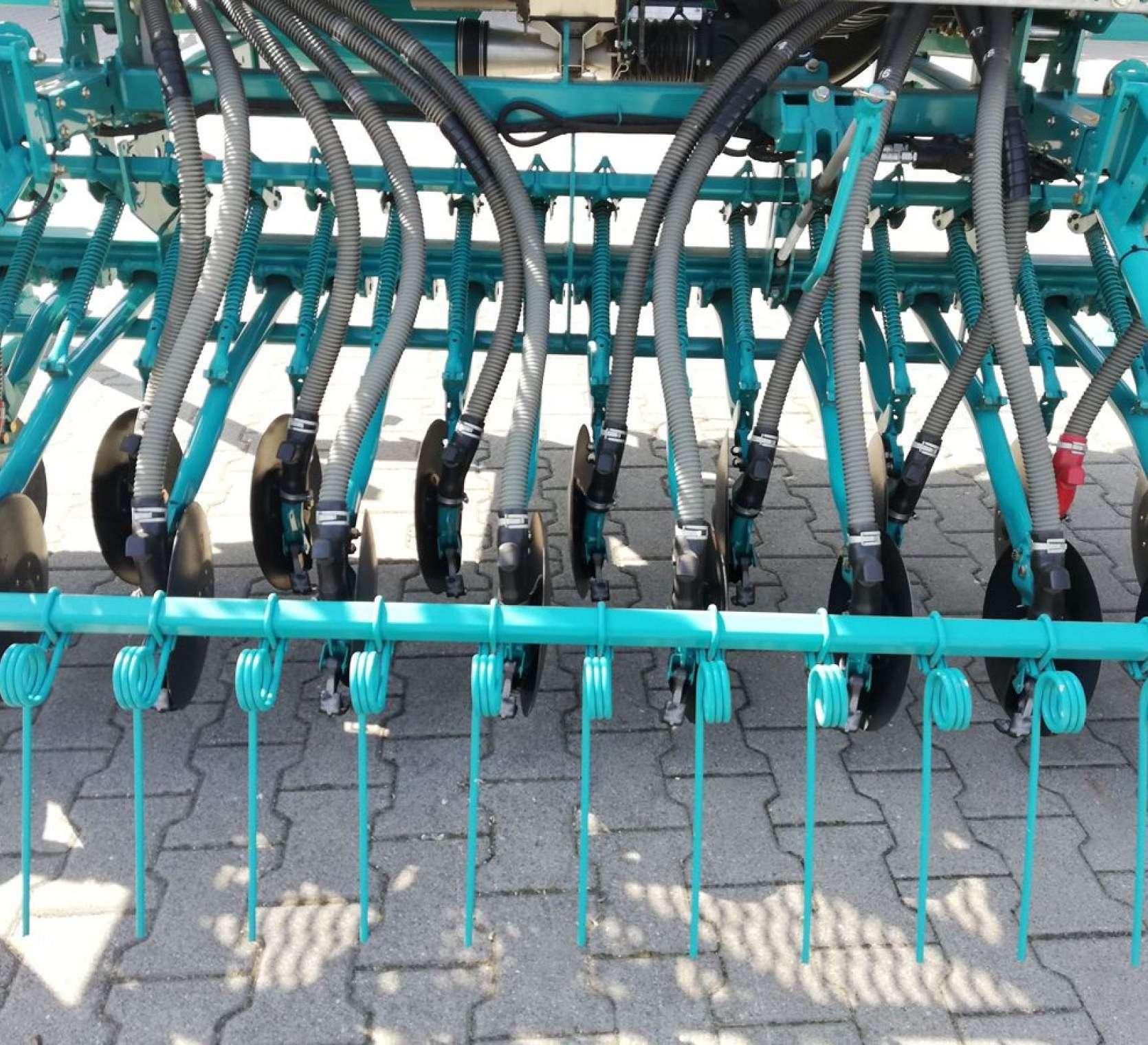 Sekcje wysiewające i zagarniacz z palcami prostymi siewnika pneumatycznego SULKY