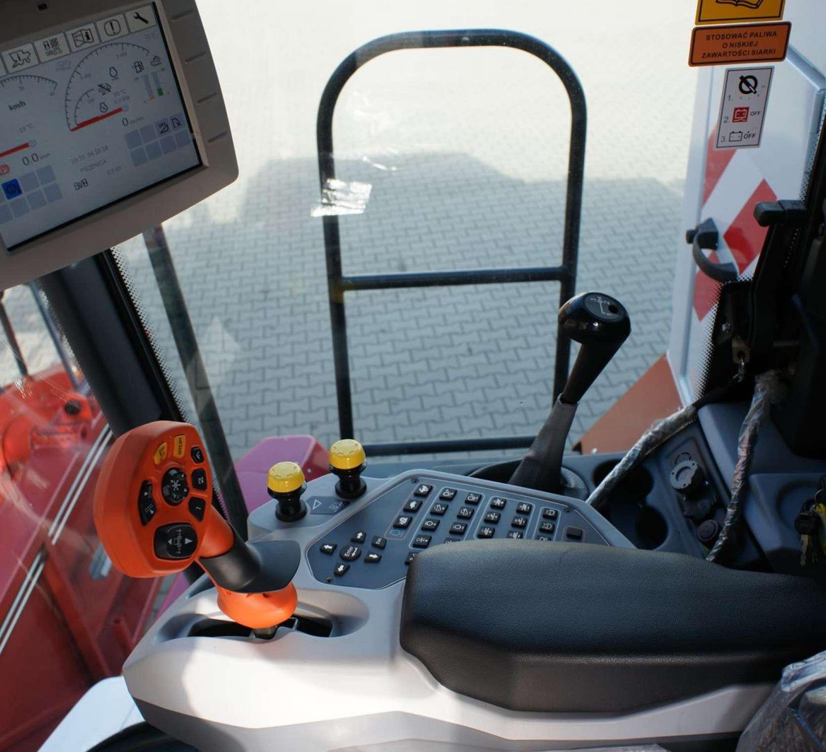 wnętrze kabiny, monitor, komputer w komabjnie Acros 595 +.