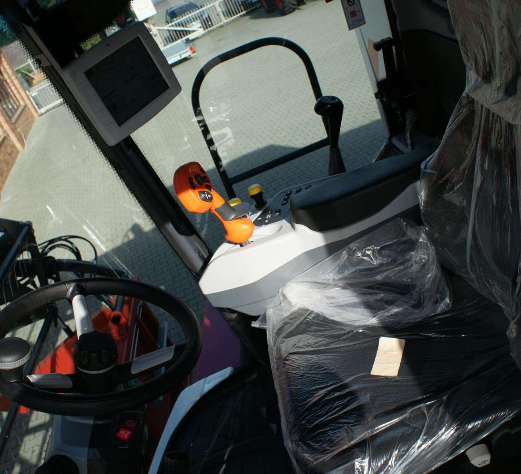 Widok kabiny w kombajnie Rostselmash Acros 595 +.