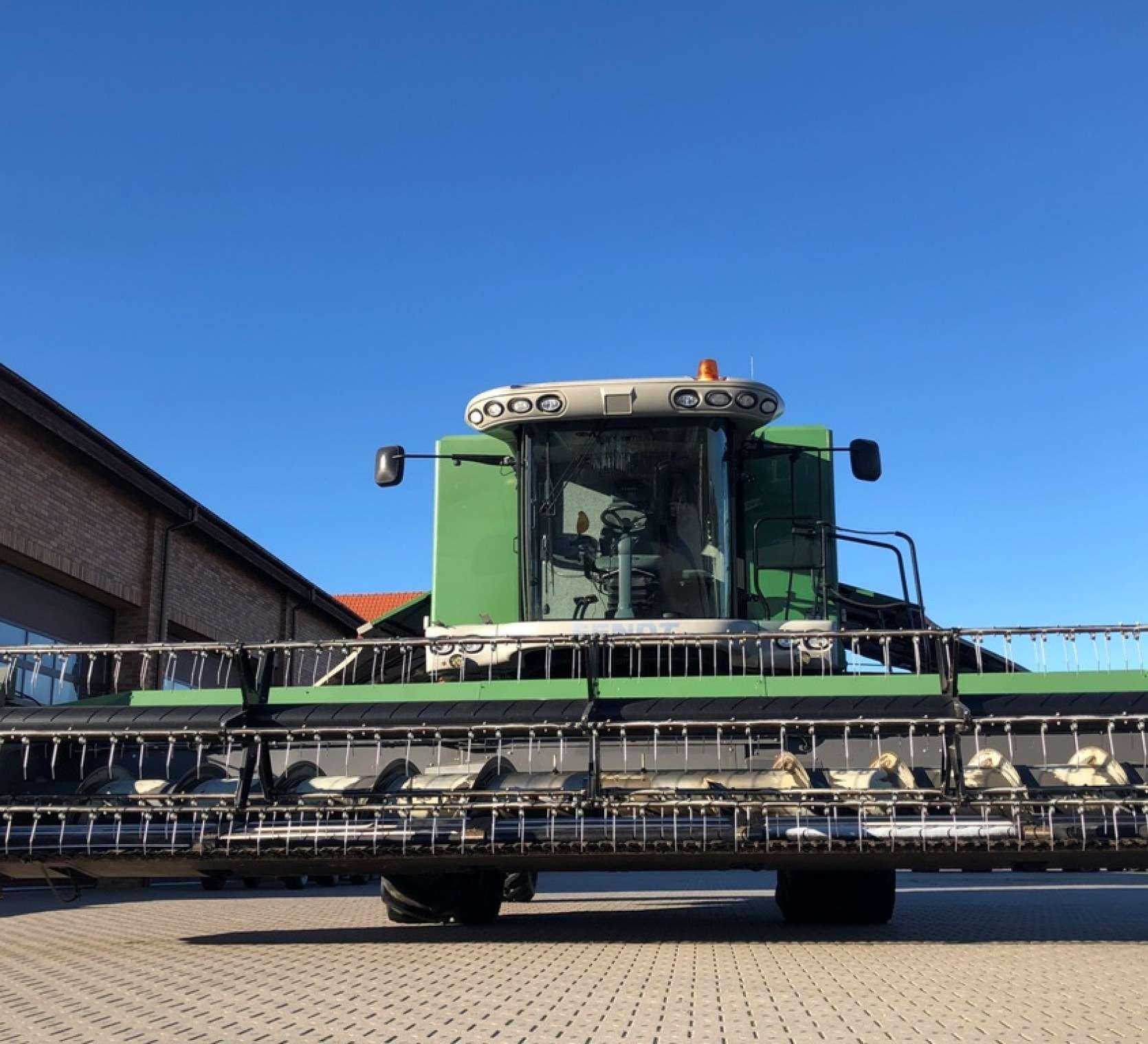 Zielony kombjan Fendt 8370 P z uniesionym hederem do zbioru zbóż  FT 770 PF z kosami bocznymi do zbioru rzepaku