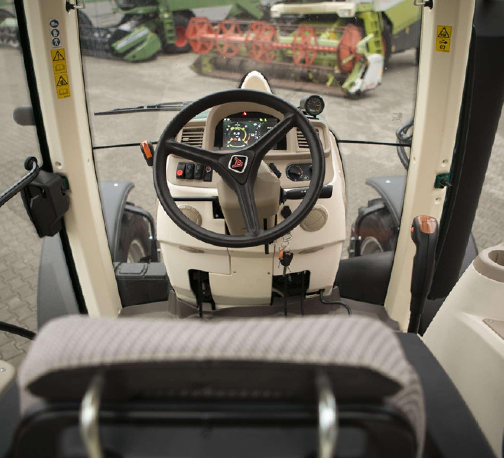 Widok na przestrzeń operatora w traktorze arbos 5115 global