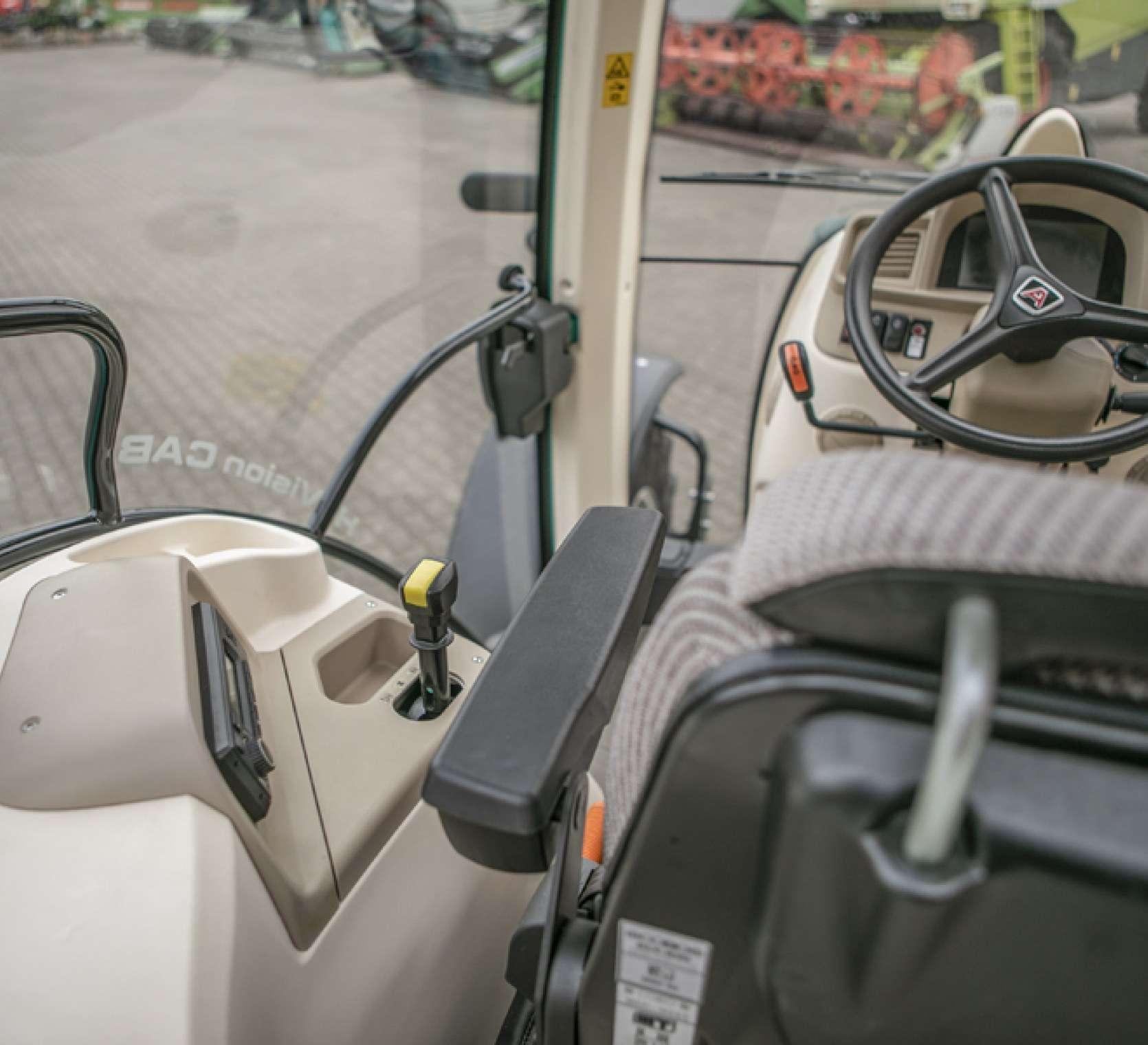 Przestrzeń operatora w ciągniku Arbos 5130 Global