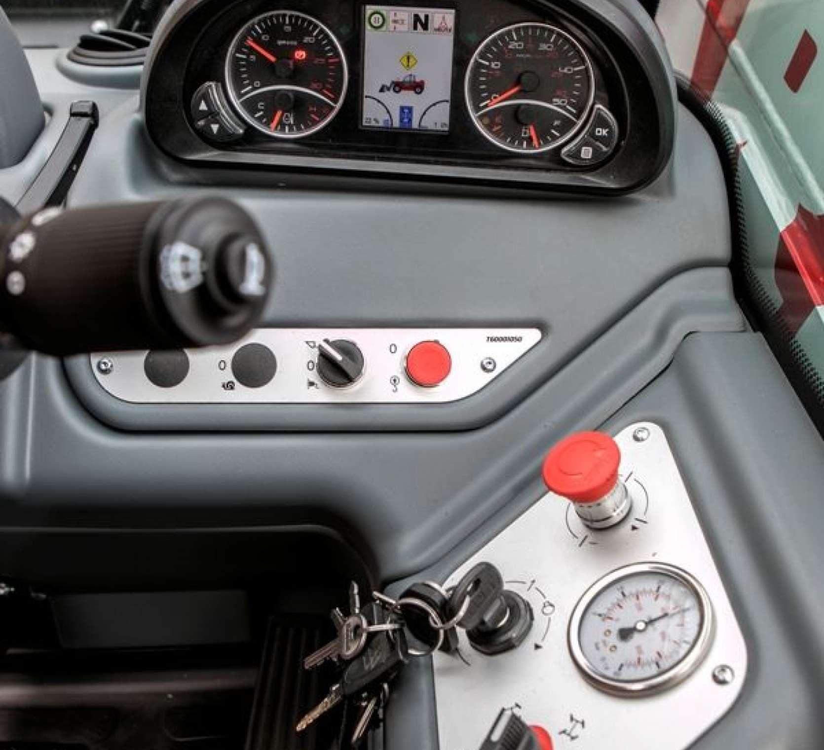 widok na panel sterujący zegary stacyjkę
