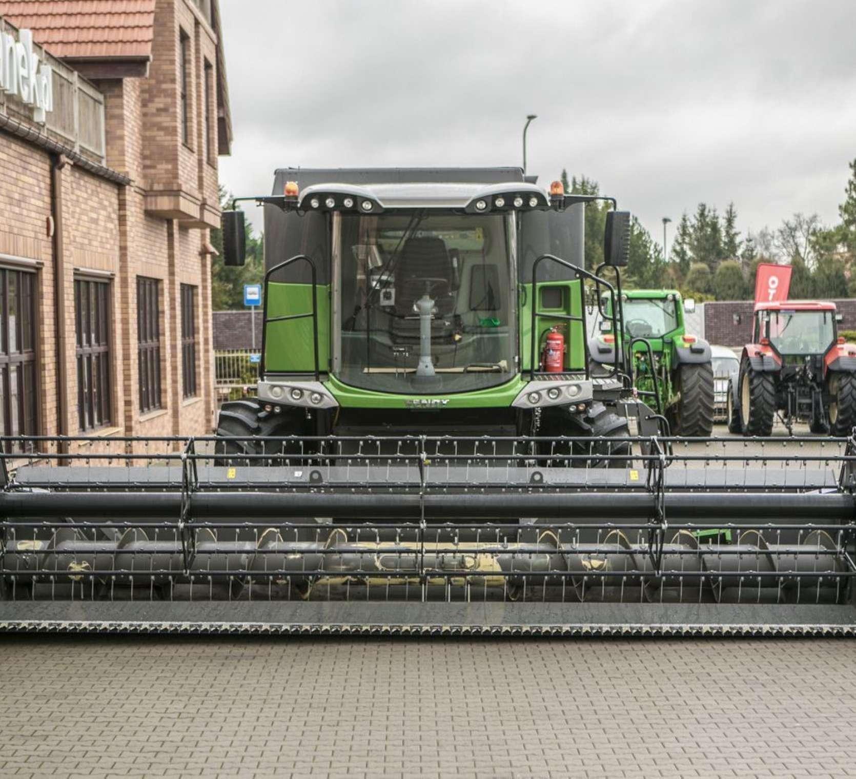 Heder do zbioru zbóż FT 700 FF zamontowany w kombajnie Fendt 6335