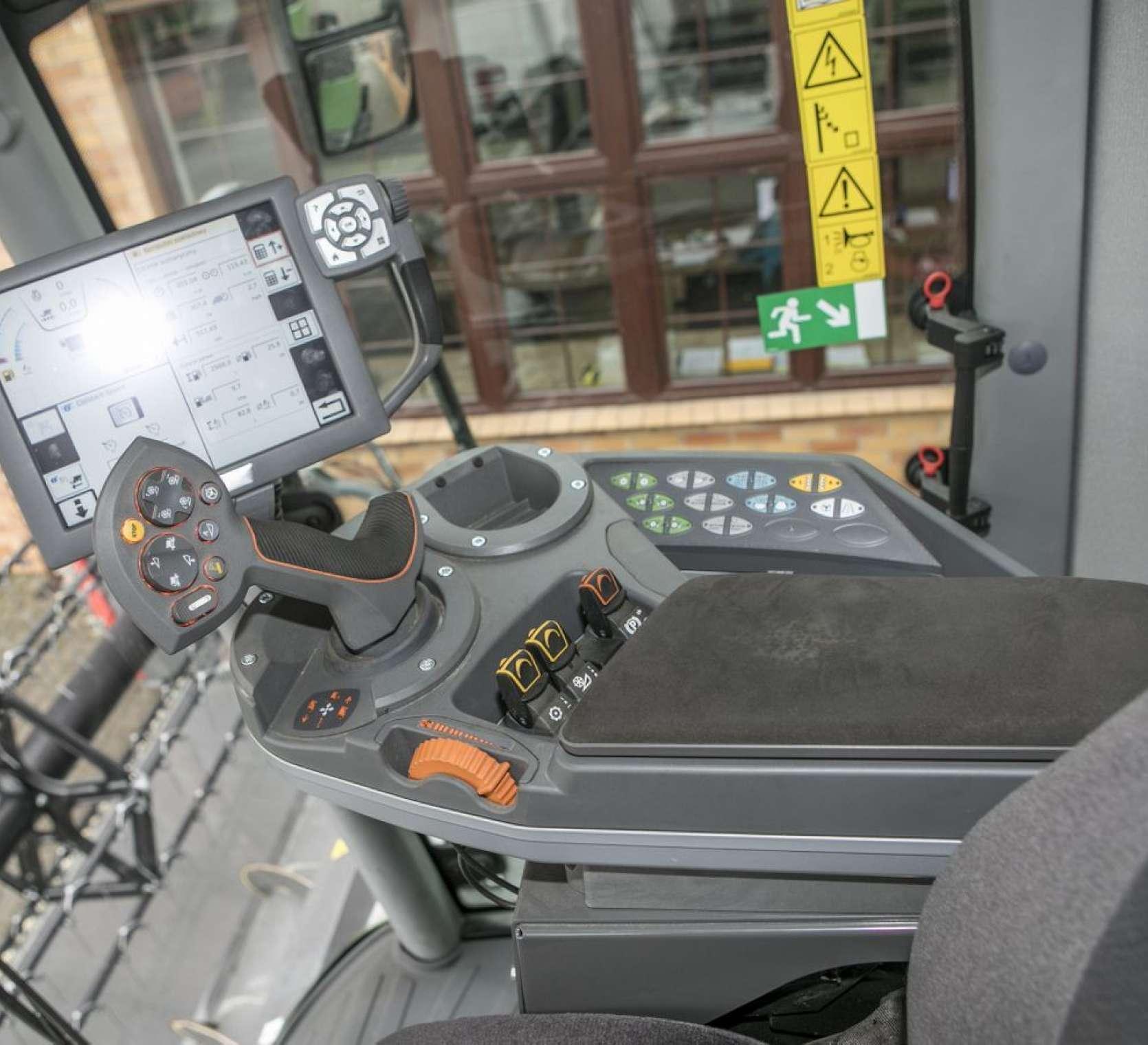 Terminal Variotronic, komputer pokładowy elektrycznie sterowane kierownice siekacza słomy w kombajnie Fendt 6335 używanym od www.korbanek.pl