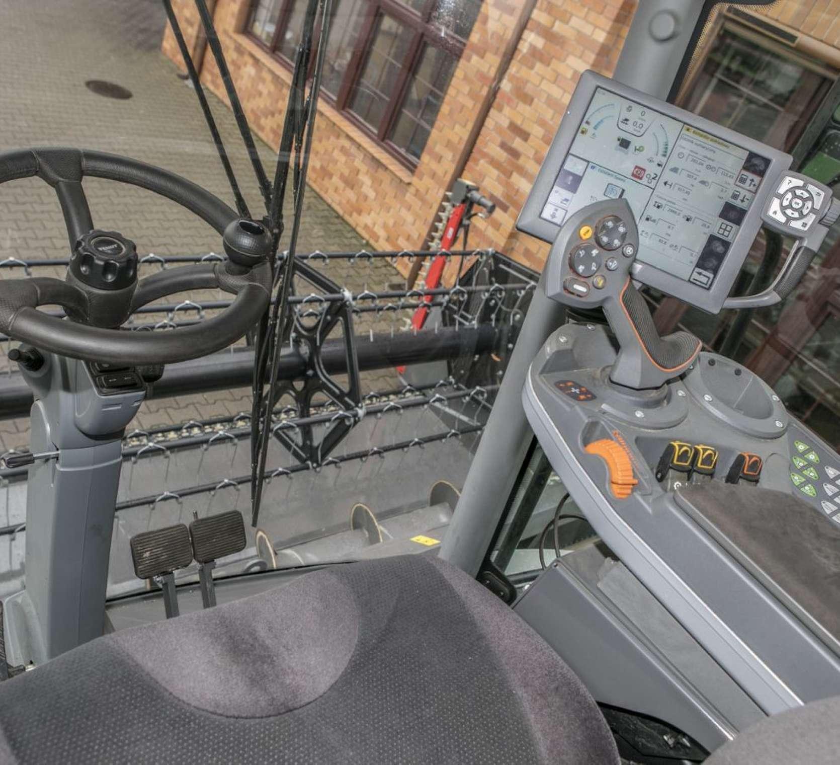 Kierownica i panel strowania w kabinie uzywanego kombajnu Fendt 6335 od www.korbanek.pl