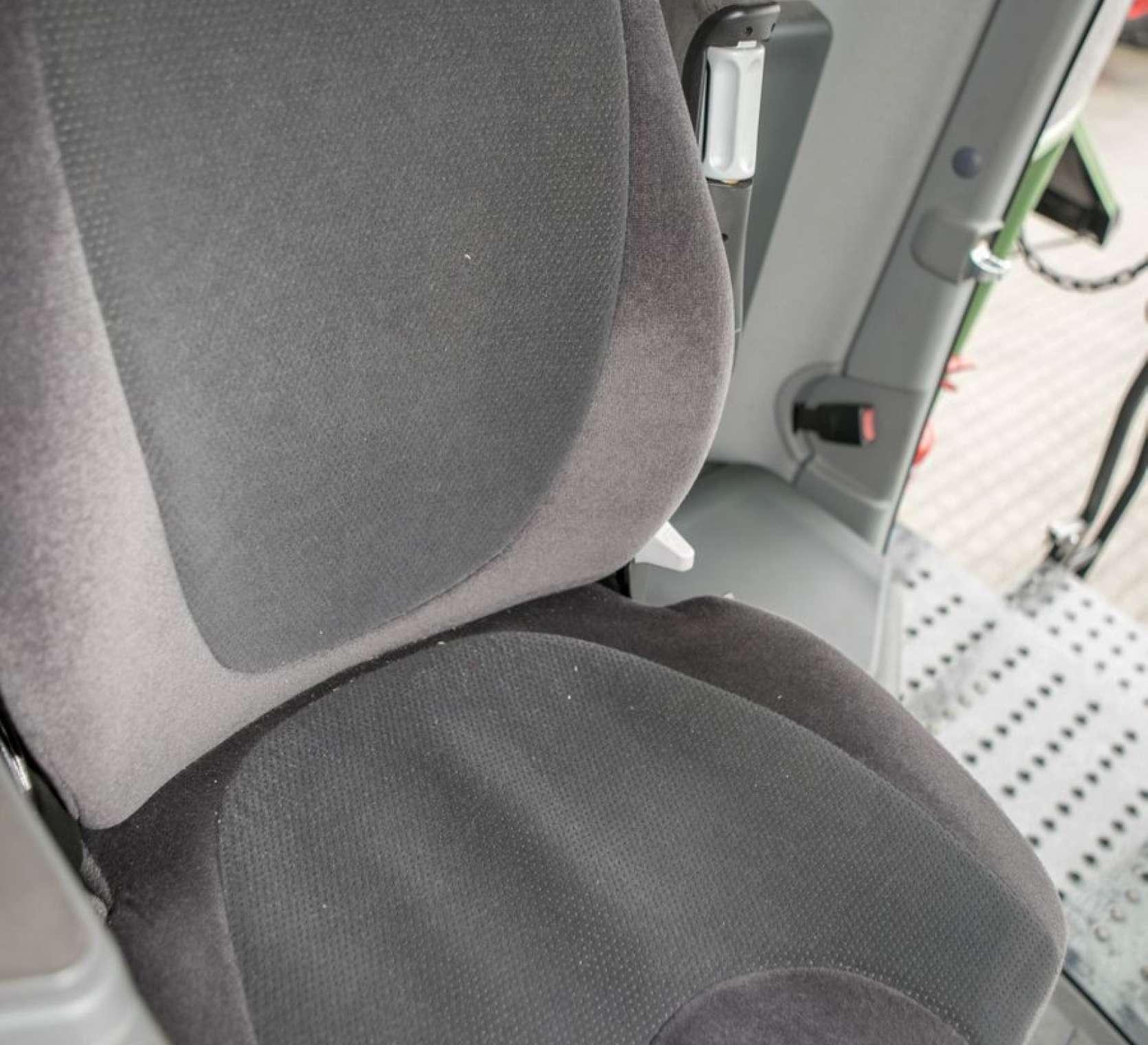 Fotel kierowcy pneumatyczny zamontowany kombajnie zbożowym 6- klawiszowym Fendt 6335