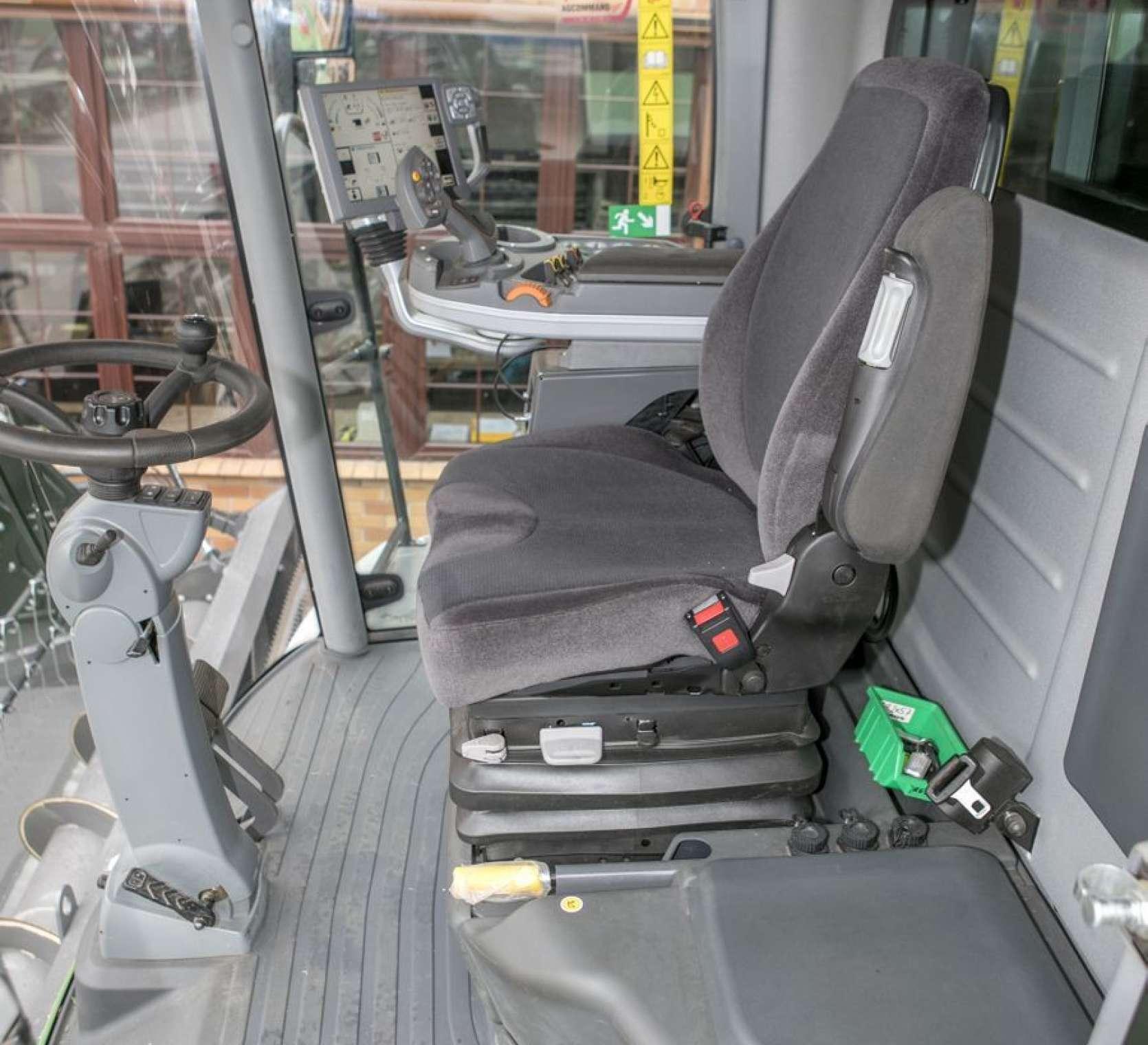 Komfortowy pneumatyczny fotel operatora oraz  siedzenie dla pasażera w używanym kombajnie Fendt 6335