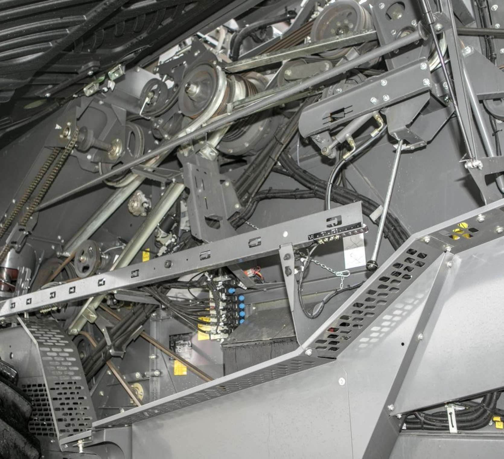 Kombajn zbożowy Fendt 6335 - napędy lańcuchowe i paski klinowe z lewej strony maszyny